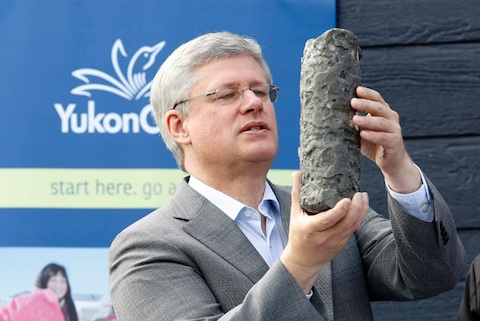 Canada's Prime Minister Stephen Harper looks at a permafrost core sample during a photo opportunity at Yukon College in Whitehorse, Yukon August 21, 2014. Harper is on the first day of his annual tour of Northern Canada. REUTERS/Chris Wattie (CANADA - Tags: POLITICS)